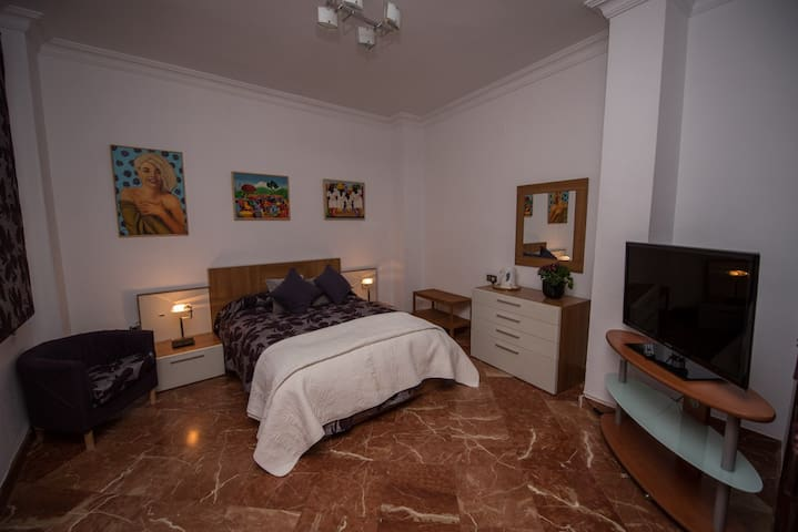 SUITE DE 1 A 3 DORMITORIOS IN TRIANA HOUSE, WIFI