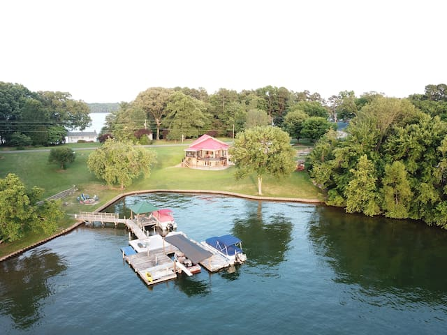 """The Kiser Cottage"" #1 on Lake Norman w/Pontoon*"