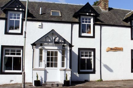 HOLLYBURN HOUSE BED AND BREAKFAST, MAIN ST - Bankfoot - Bed & Breakfast