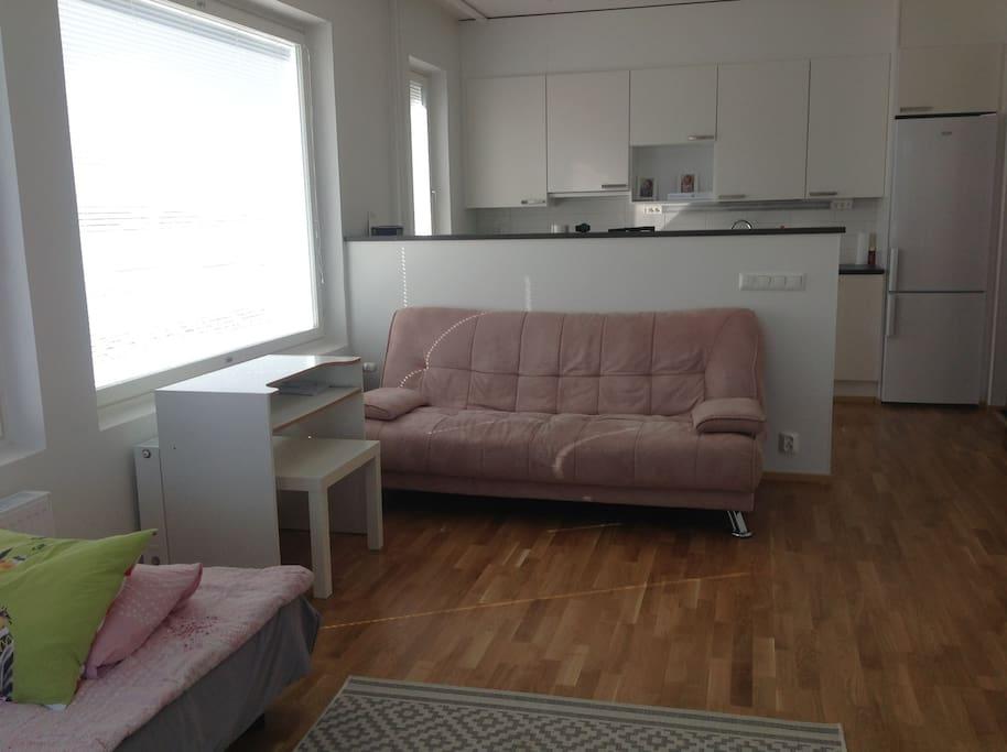 В наличии рабочий столик и журнальный, раскладной двухспальный диван