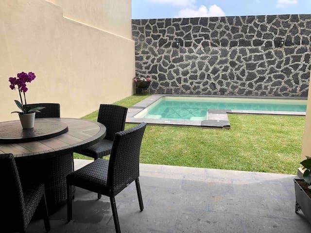 Casa nueva con jardín , terraza  y piscina