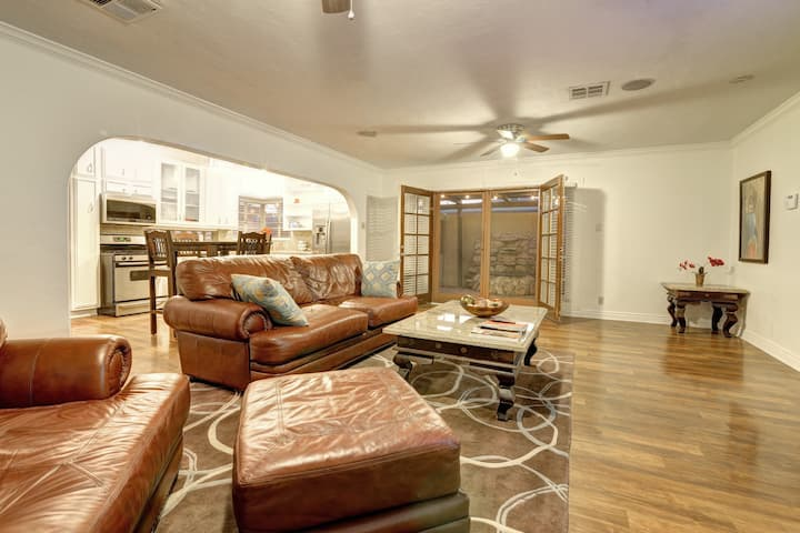 Spacious Central Phx Estate sleeps 10 guests