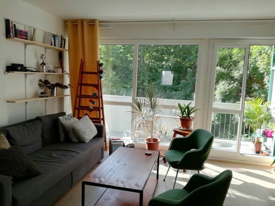 salon avec balcon / living room with balcony