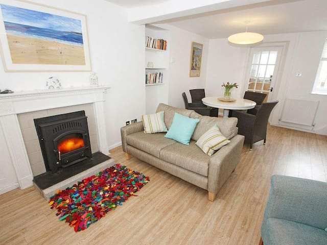 MAZEY COTTAGE, pet friendly, with open fire in Penzance, Ref 959417