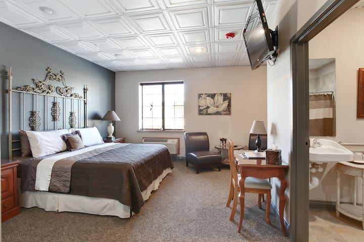 Magnolia Room: Handicap Accessible in Quaint Hotel