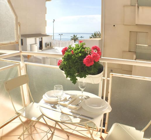 Elegant Apartment on the Seaside with Balcony, Beautiful View, Wi-Fi and Air Conditioning