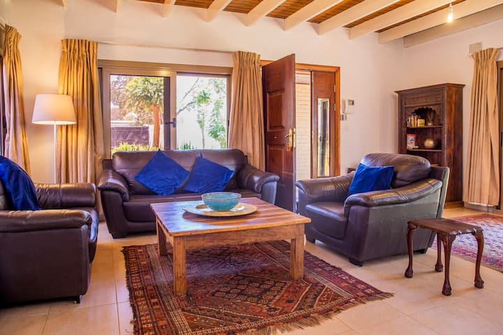 4 Bed Villa| King Bed| Pool |Garden | Longacres