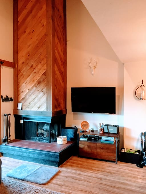 Wood burning fireplace and flat screen TV, plenty of games and puzzles, xBox 360 with Guitar Hero and more.