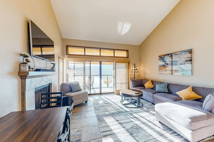 Lakefront, two-bedroom condo + loft w/ shared pool & hot tub and high-speed WiFi