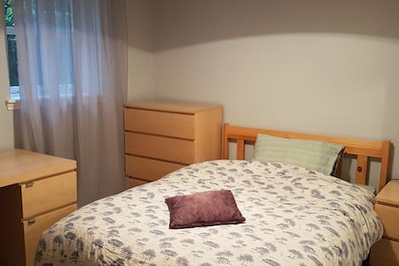 Comfortable well-sized room - Great Location - Apartment