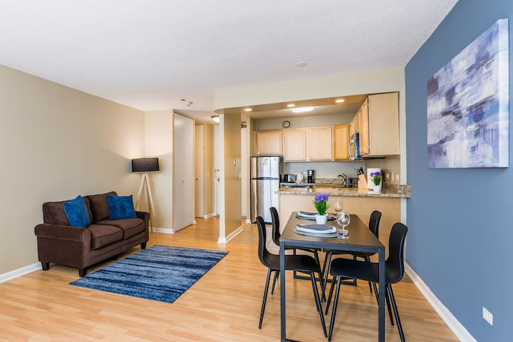 King Bed, Full Kitchen & Pool near The Bean