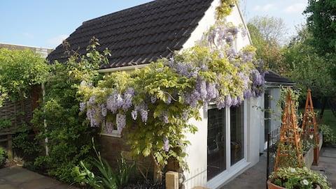 The Little Bitton Barn - Stunning Garden Apartment