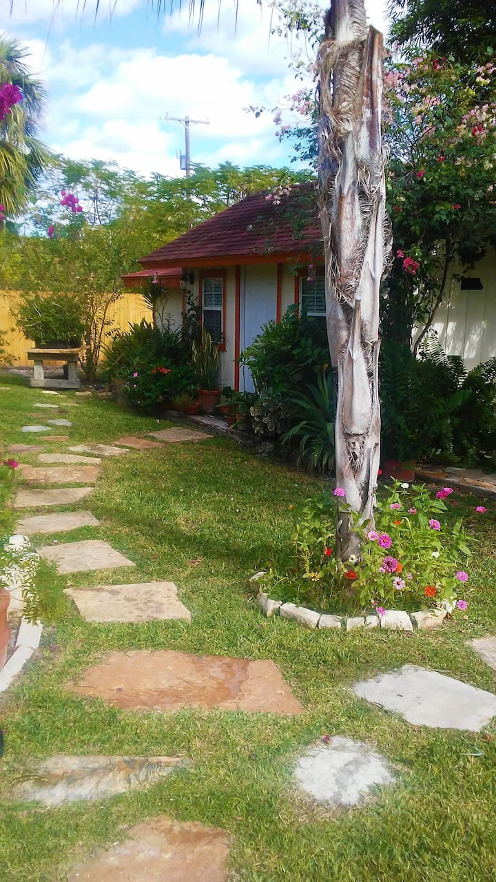 Studio Apartment, surrounded by an amazing garden!