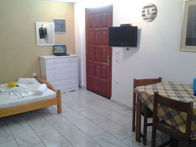 Studio for two, 150m from Logaras Beach,. - Piso Livadi