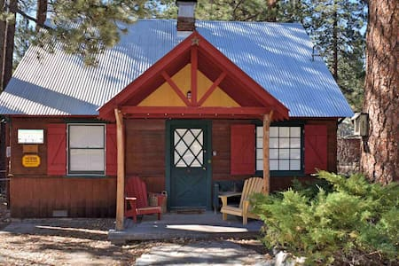Blue Jay Cottage: Fawnskin! Separate Guest Quarters! Vintage Features! Cable TV! Fireplace! Laundry!