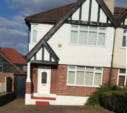 Cosy 3 bedroom home. lovely bedrooms and location