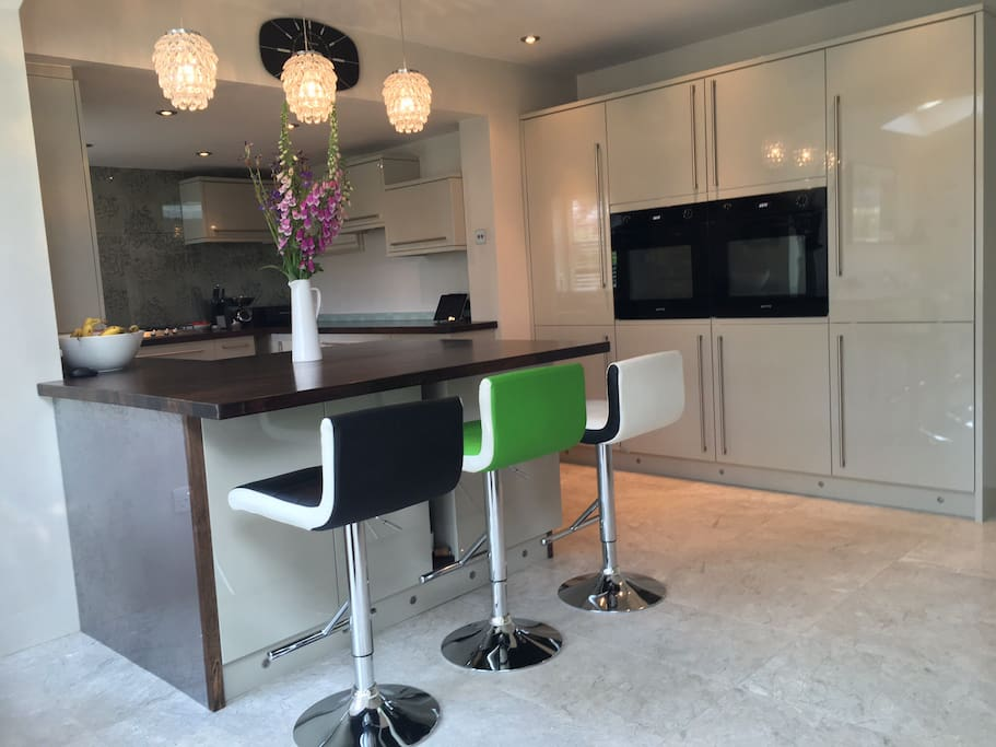 Open plan kitchen with a large champagne bar!