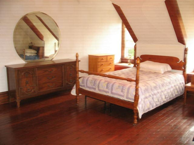 Private Room with Two Beds and a Sofa Bed - New Castle - Maison