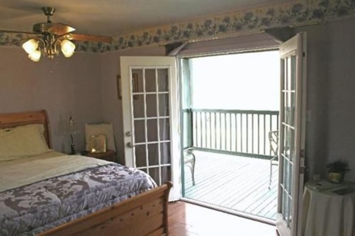 Gardeners Cottage-King-Balcony-Jacuzzi-Cottage