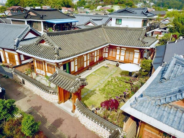 정원의 파라솔이 시원하게 보이는 창신방(신축전통한옥)