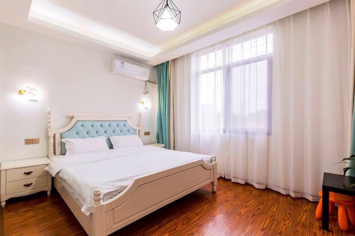 卧室,2米*1.8米的双人床