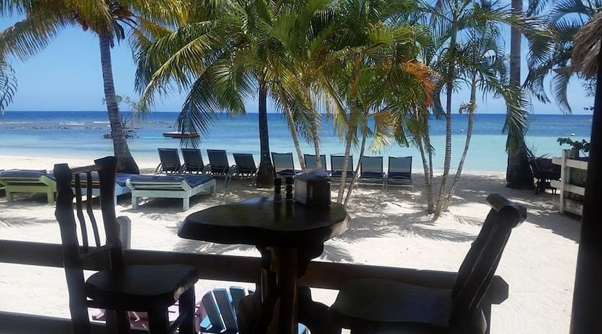 3Bdrm Villa, Beach Access + Restaurant on site!