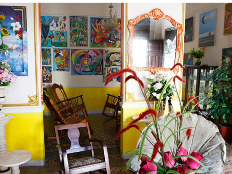 Detail of the sitting room, collections of Cienfuego's plastic artists.-- Detalle de la saleta, colecciones de artistas plásticos Cienfuegueros.