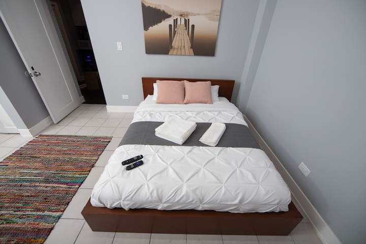 Beautiful private bedroom 5 minutes to RED line