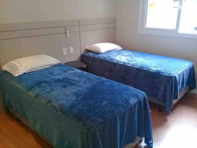 Suíte com possibilidade de juntar as camas e formar King size. Além de cama-auxiliar, ideal para crianças.
