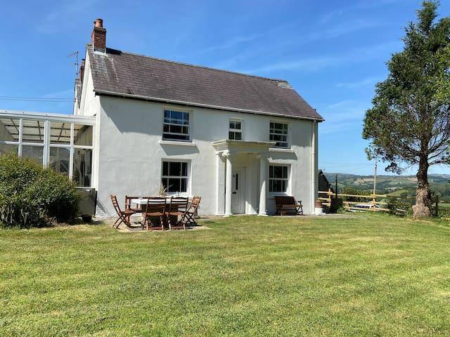 Spacious Farmhouse With Large Private Garden