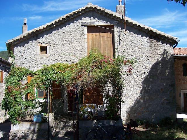 maison ardéchoise dans village pittoresque - Joannas - House