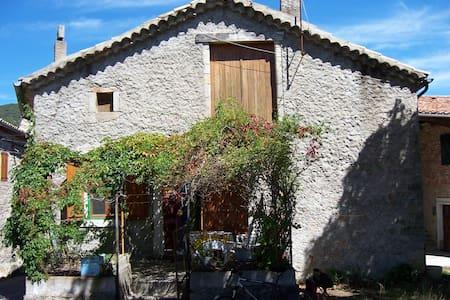 maison ardéchoise dans village pittoresque - Joannas