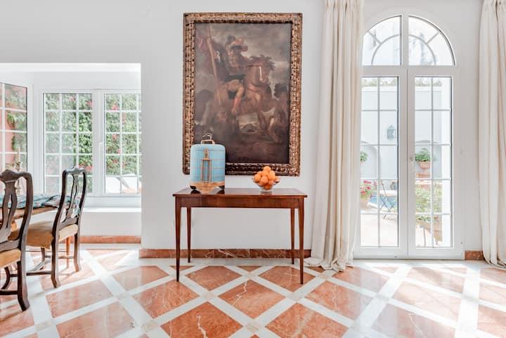 Ambiente palaciego y señorial en esta habitación en el barrio de Santa Cruz