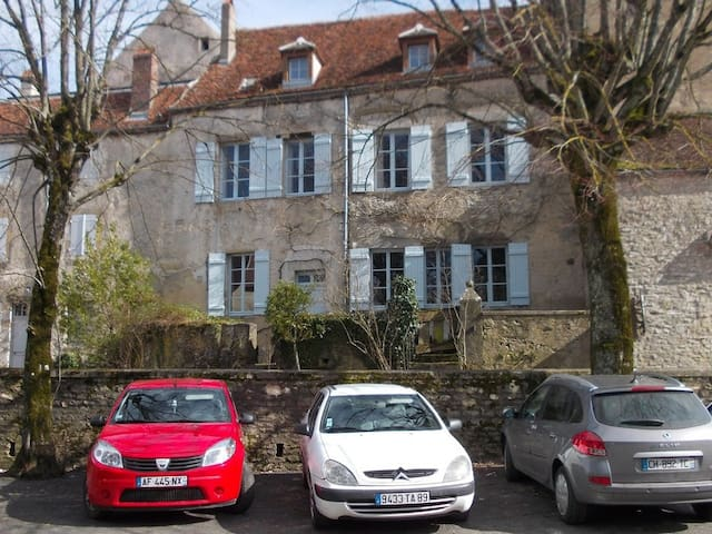 In the heart of a medieval village - Vézelay - Haus