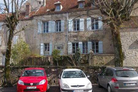 In the heart of a medieval village - Vézelay - Hus