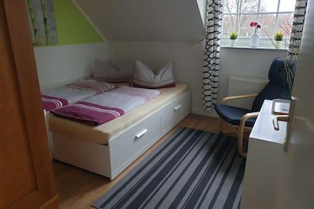 Zimmer in einer Wohnung im Grünen-nur Frauen/Paare
