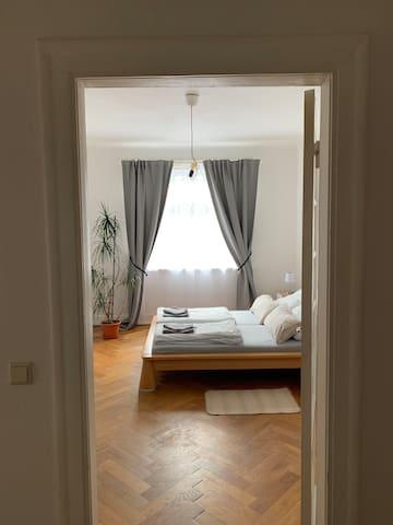 Schönes Zimmer: hell, geräumig und zentral