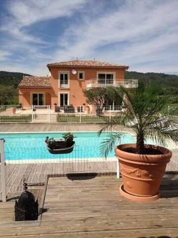 Maison contemporaine avec piscine et dépendance