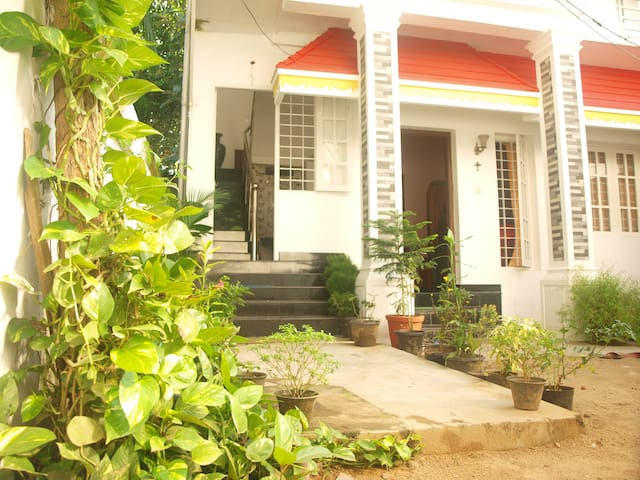 MARY GRACE HOMESTAY- GUEST ROOM 1 - Kochi - Huis