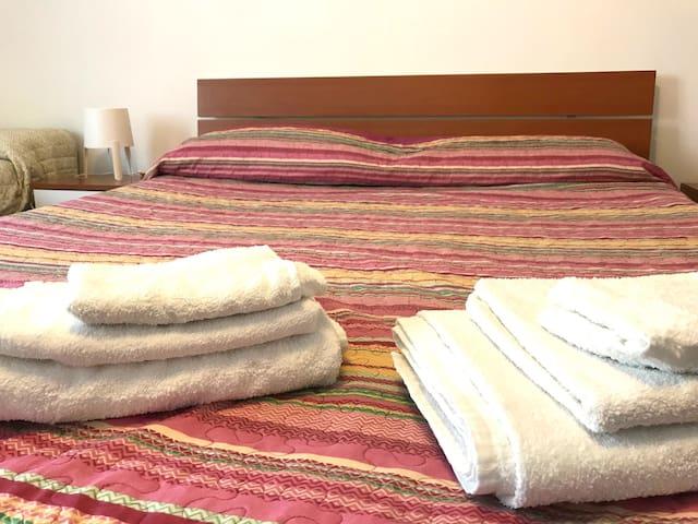 Letto matrimoniale, asciugamani puliti, letto singolo!