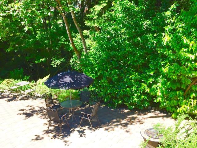 Relaxing Garden Creekside Suite-Private Backyard