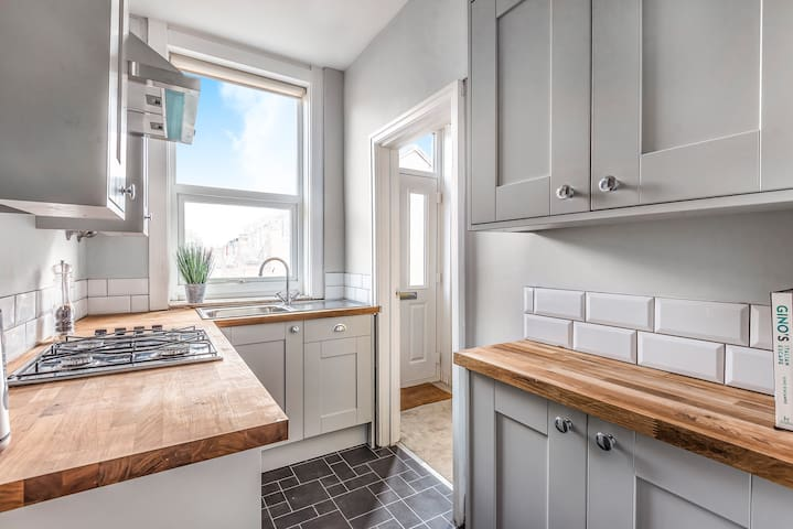 NEW 2019 - 3 Bed house,New Kitchen, Log Burner...