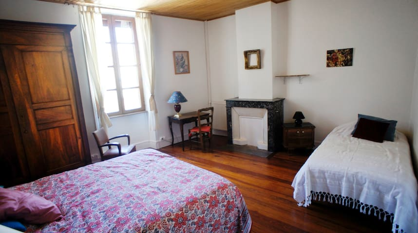 Chambre 2 : 1 lit double et 1 lit simple