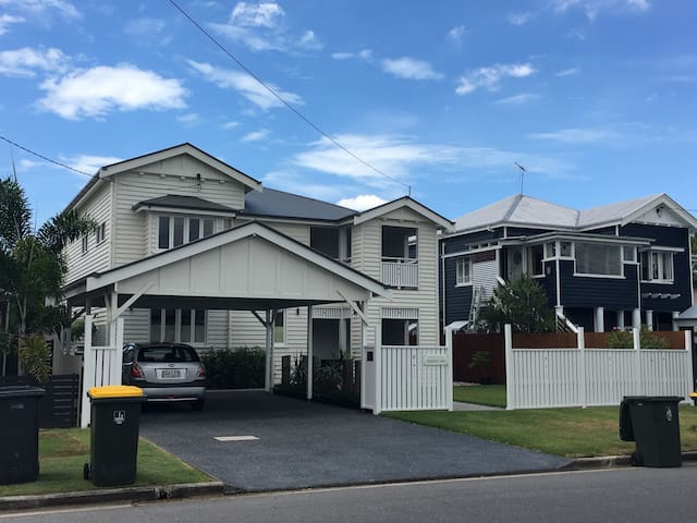 Modern large home 8mins to A/port/CBD own b/room - Brisbane Airport - House