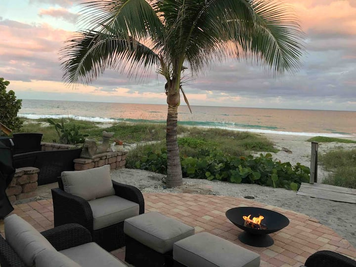 Licensed! Luxury on the Beech..Hot Tub on patio..