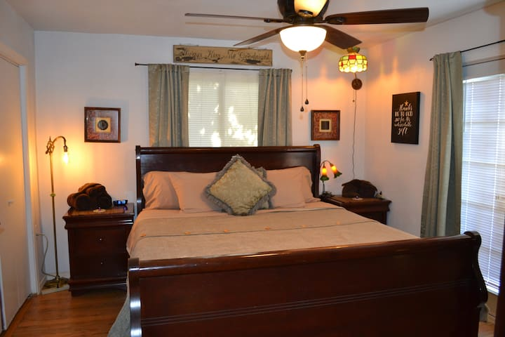 "Private ""Fireside Rm"" Kg bed, Elec Fireplc,TV, DVD"