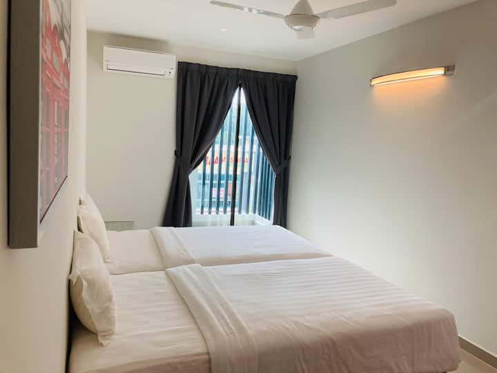 2 Single beds Side room w Balcony @ Tmn Tas
