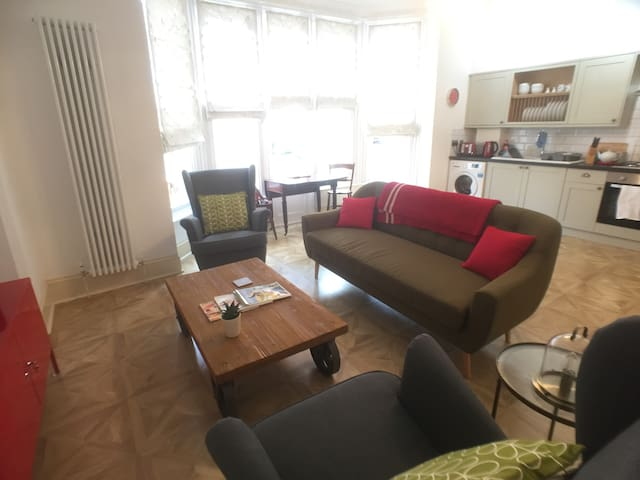 Generous apartment near Gloucester Quays