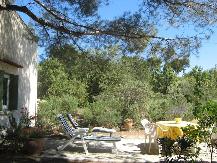 CHARMING LITTLE COTTAGE very close to the Lubéron