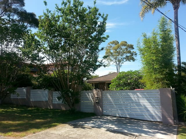 Pet friendly, pool, 2 living spaces, 3 bedrooms - Mona Vale - Rumah